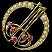 Gold brooch model 1082